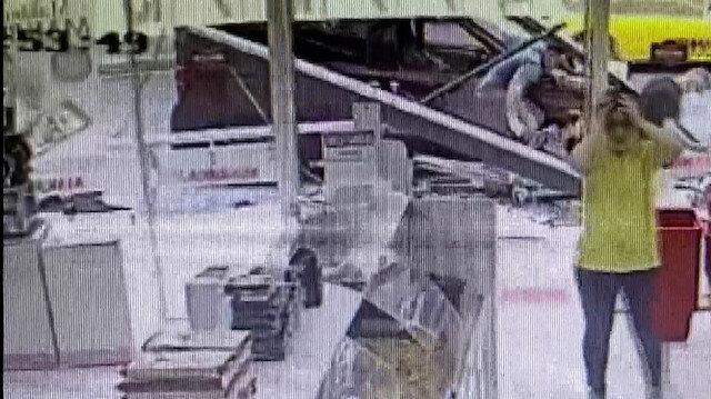 Kasımpaşa'da hafif ticari aracın durağa daldığı kaza anı kamerada