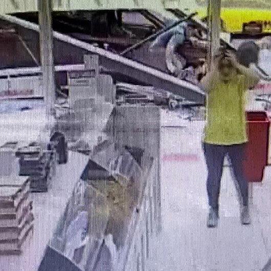 Kasımpaşada hafif ticari aracın durağa daldığı kaza anı kamerada
