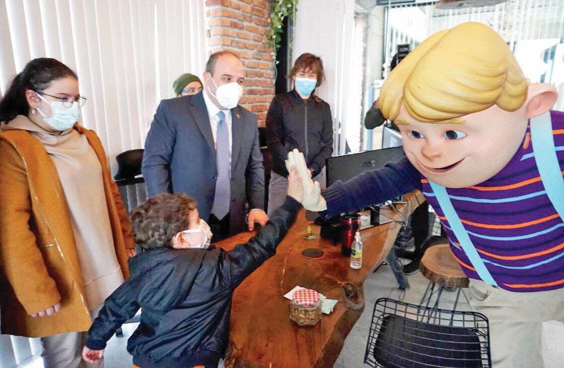 """Sanayi ve Teknoloji Bakanı Mustafa Varank, TRT Çocuk ekranlarında yayınlanan çizgi dizi """"Rafadan Tayfa""""nın üretiminin gerçekleştirildiği İSF Studios'u ziyaret etti."""