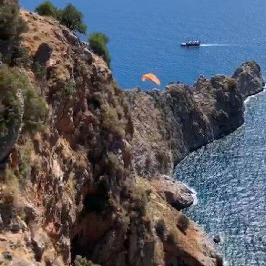 Antalyada rüzgar ters esince paraşütçü kayalıklara düştü
