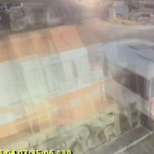 Tekirdağda bariyerleri kapalı hemzemin geçitten geçmeye çalışan işçi servisine trenin çarpma anı kamerada