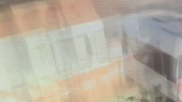 Tekirdağ'da bariyerleri kapalı hemzemin geçitten geçmeye çalışan işçi servisine trenin çarpma anı kamerada
