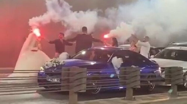 Antalya'nın en işlek yolunu trafiğe kapatıp çiftetelli oynadılar: Vatandaş korna çalarak isyan etti