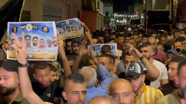 Filistinliler 6 tutuklunun İsrail hapishanesinden kaçışını tatlı dağıtarak kutladı