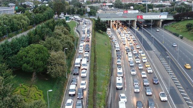 İstanbul'da servis araçları yola çıktı trafik erken saatlerde başladı