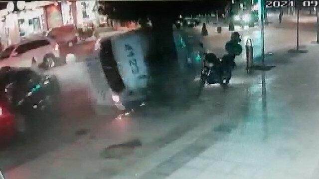 'Dur' ihtarına uymayan aracı kovalayan polis otosu ağaca çarparak devrildi