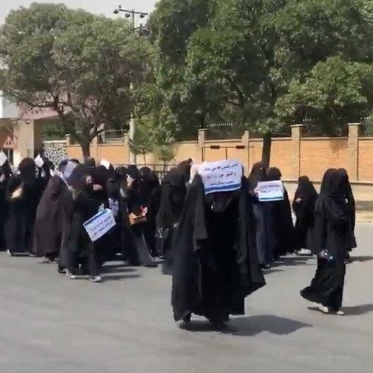 Afganistanda kız öğrenciler Talibana destek yürüyüşü düzenledi