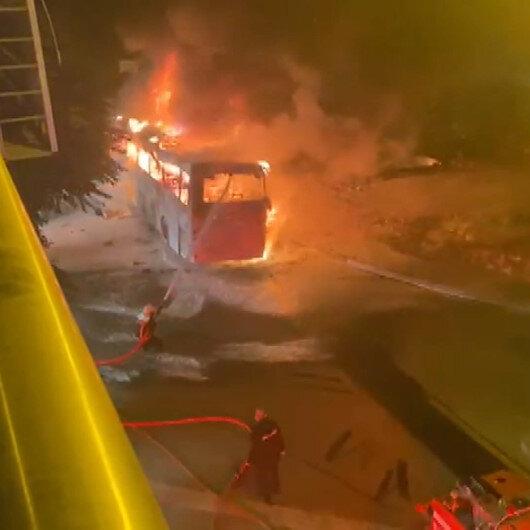 Ankarada aydınlatma direğine çarpan otobüs alev alev yandı