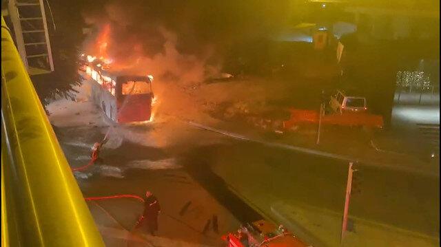 Ankara'da aydınlatma direğine çarpan otobüs alev alev yandı