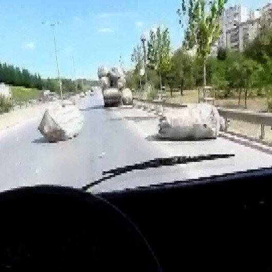 Aşırı yüklü kamyonetten düşen çuvallar sürücülere zor anlar yaşattı