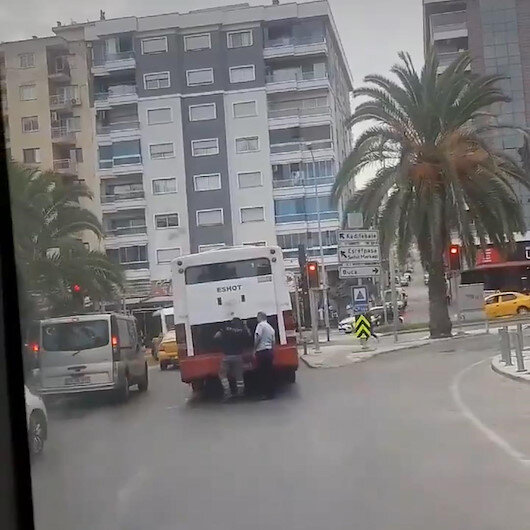 İzmirde arızalanan belediye otobüsü ulaşımı olumsuz etkiledi