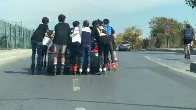 Bakırköy'de patenli gençlerin tehlikeli yolculuğu kamerada