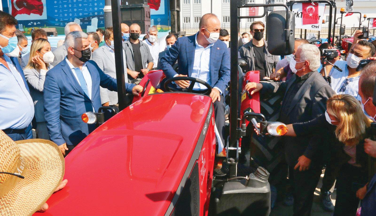 Mevlut Çavuşoğlu da çiftçilerle hibe edilen traktörleri kullandı.