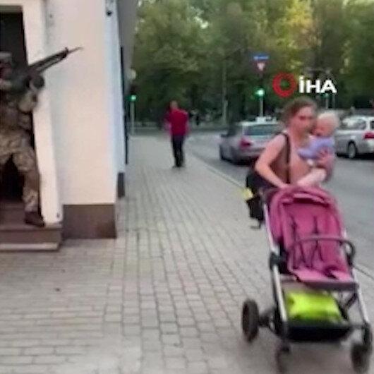 Letonya'da sokak ortasında yapılan askeri tatbikat vatandaşları korkuttu