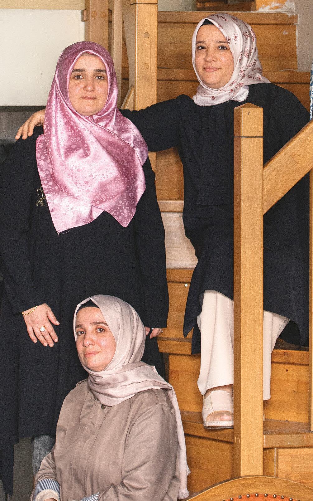 Suzan Osman (sol üst), Leyla Şeyhahmet (sağ üst), Gülsüm Zarzoğur