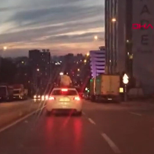 Bağcılarda otomobil tepesindeki tehlikeli yolculuk kamerada