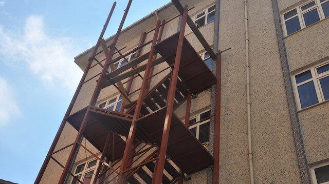 Kız yurdunun tadilatı sırasında iskeleden düşen 2 işçi sigortasız tadilat da izinsiz çıktı