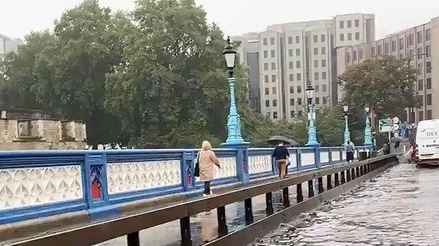 Londra'daki Tower Bridge Köprüsü'nü su bastı