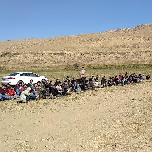 Van'da 14 kişilik minibüse bindirilen 71 düzensiz göçmen yakalandı