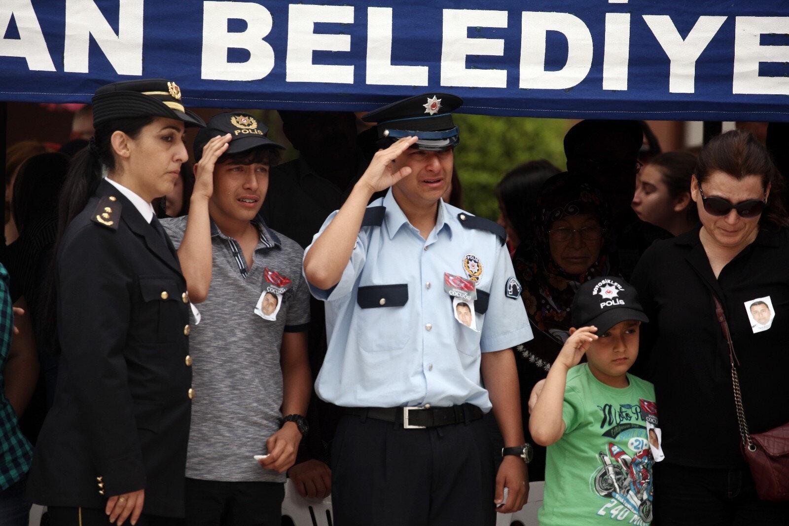 Görkem Hasan Bozkurt babasını son yolculuğuna böyle uğurlamıştı.
