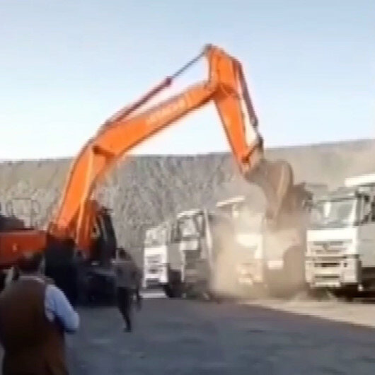 Şırnakta ücretini alamayan işçi iş makinesiyle kamyonları parçaladı