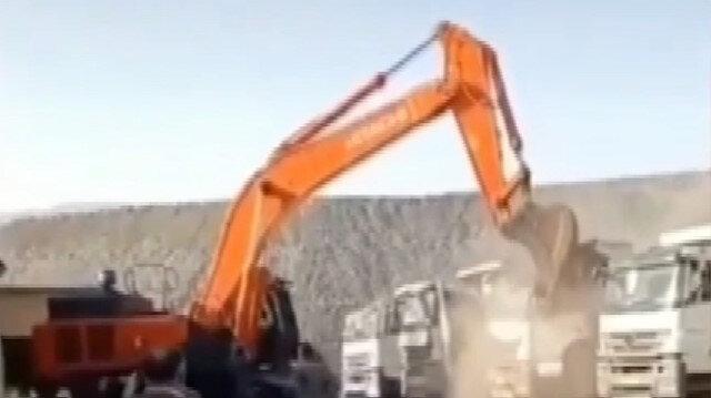 Şırnak'ta ücretini alamayan işçi iş makinesiyle kamyonları parçaladı