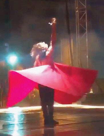Azazi, gösterisini yarı çıplak kırmızı kıyafet ile tamamladı. n
