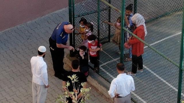 Siirt Emniyet Müdürü Halit Aziz Yılmaz minik öğrencilerle tek tek selamlaştı