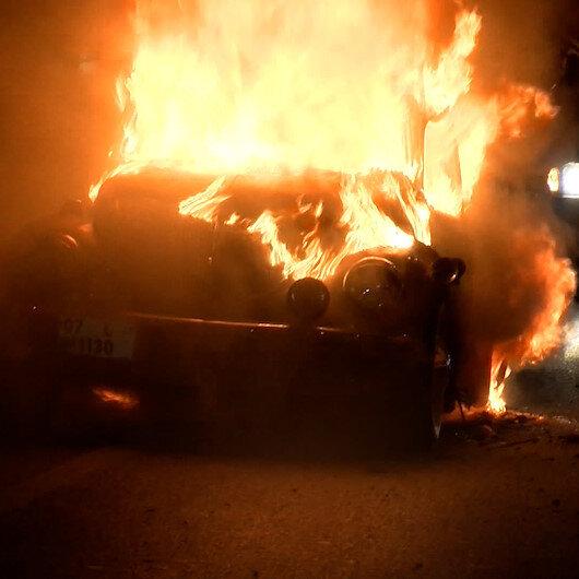Zeytinburnunda otomobil alev alev yandı
