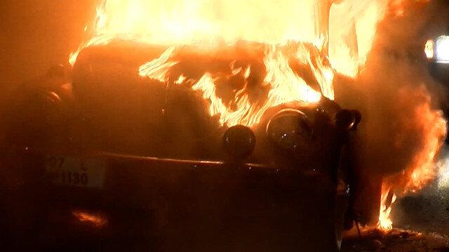 Zeytinburnu'nda otomobil alev alev yandı