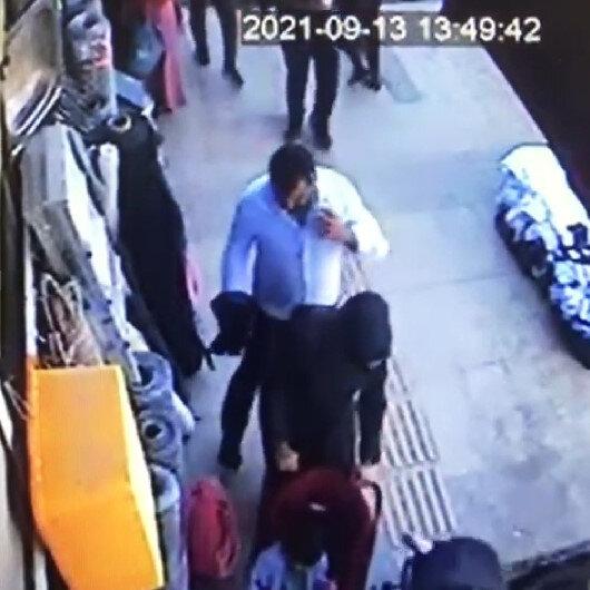 Vanda bebeğiyle yürüyen kadının telefonunun çalınması kamerada
