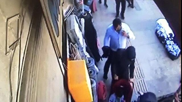 Van'da bebeğiyle yürüyen kadının telefonunun çalınması kamerada