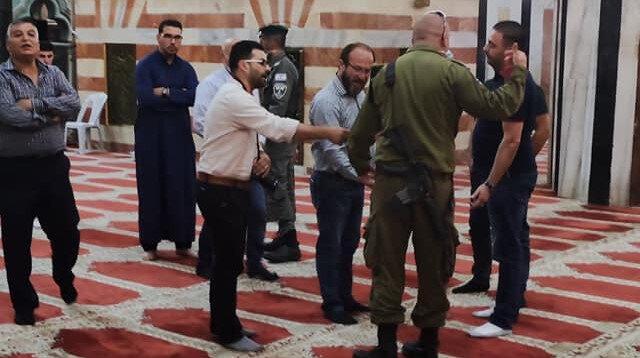 İşgalci İsrail güçleri camiye ayakkabıyla girip namaz kılanları dışarı çıkardı
