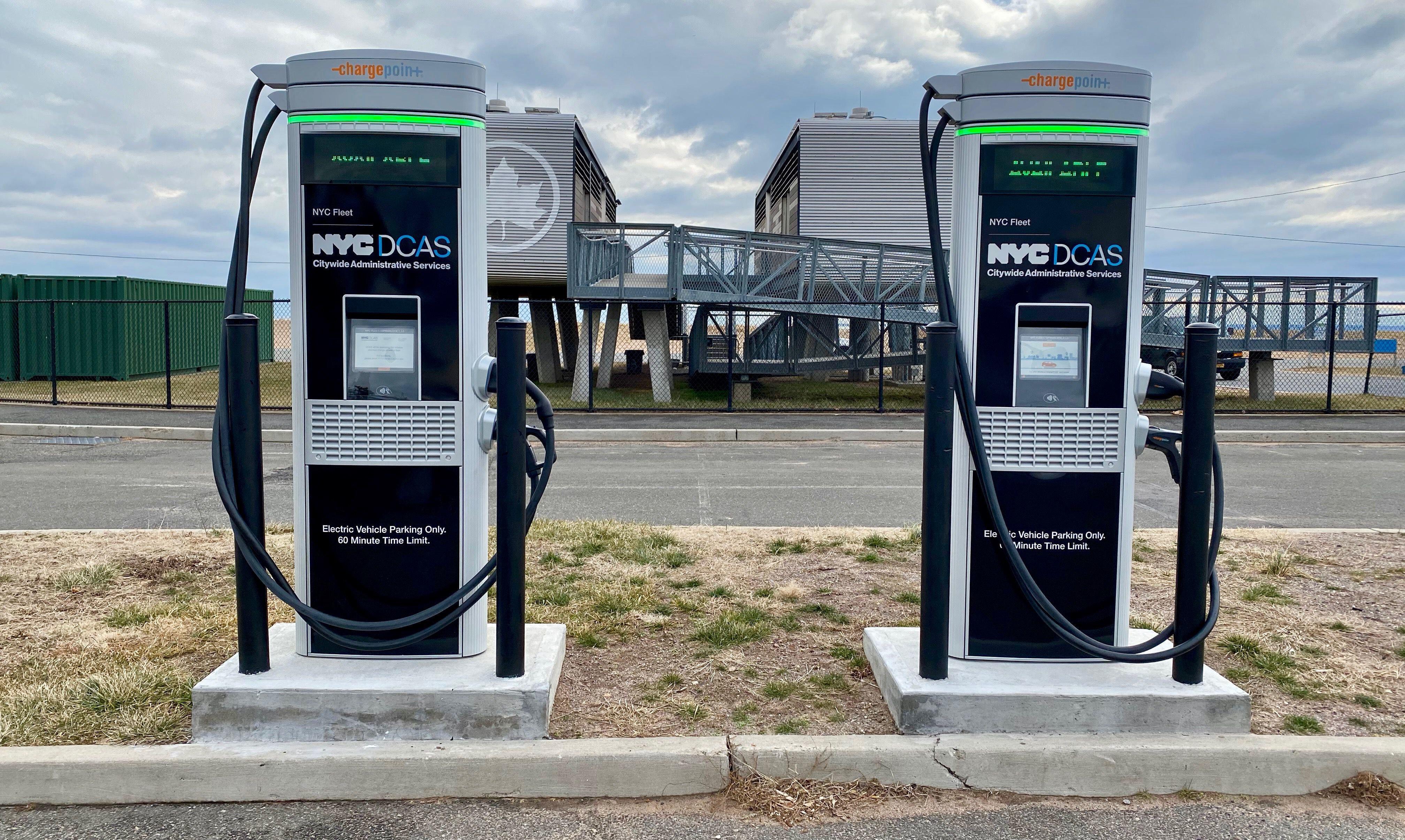 Böylece artık eyalette birçok farklı noktaya elektrikli otomobil şarj istasyonlarının kurulması için de büyük bir çaba var.