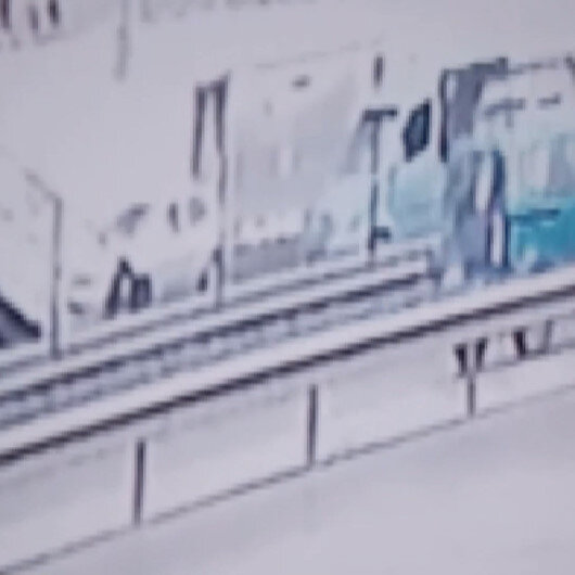 Pendik'te faciadan dönüldü: Otobüs durağını teğet geçen otomobil üst geçide böyle çarptı