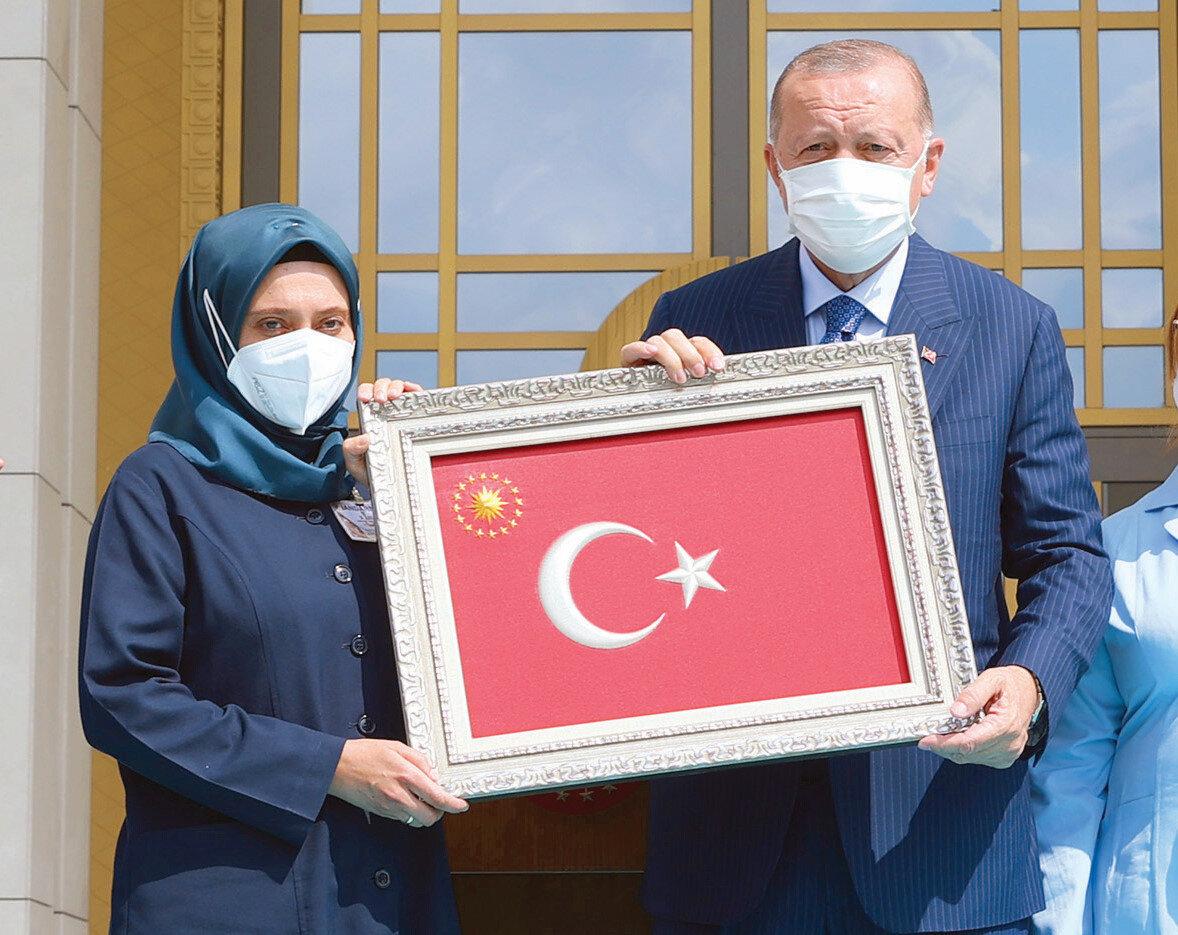 Cumhurbaşkanı Erdoğan'a işçiler, kendi elleriyle yaptıkları Türk bayrağı, baret ve feneri günün anısına takdim etti.