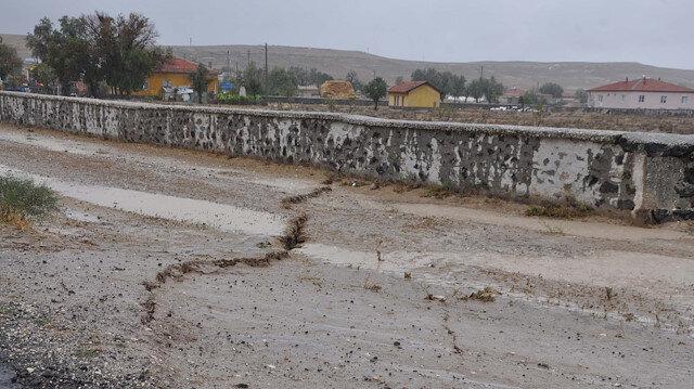 Konya'da oluşan metrelerce uzunluktaki yarıklar korkuttu