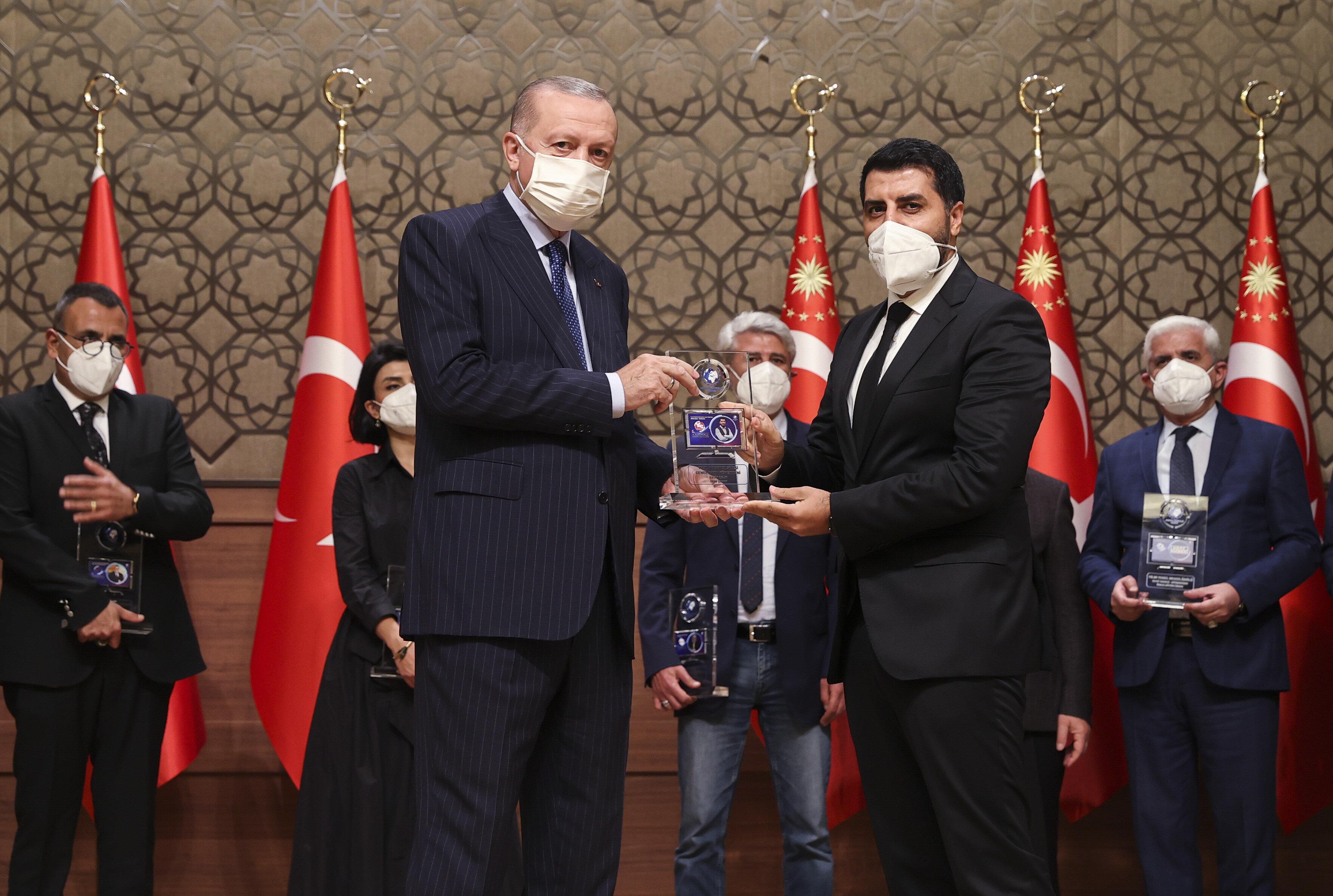 Yeni Şafak İnternet Yazı İşleri Müdürü Ersin Çelik, ödülünü Cumhurbaşkanı Erdoğan'dan aldı.
