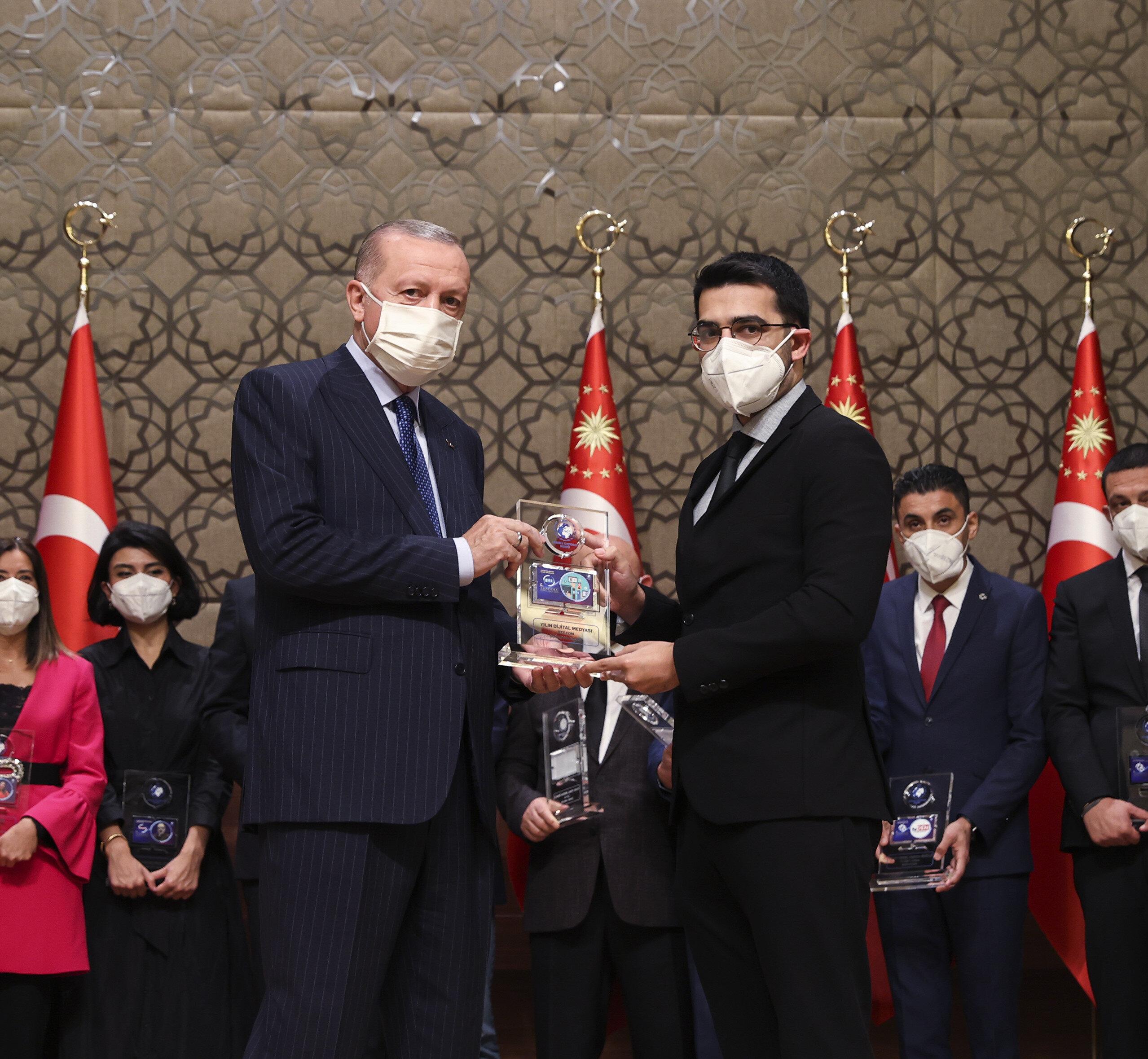 GZT Yayın Yönetmeni Doğukan Gezer, Yılın Dijital Medyası Ödülünü Cumhurbaşkanı Erdoğan'dan aldı.