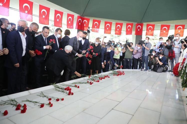 Adnan Menderes'in idamının 60'ıncı yıldönümünde düzenlenen törene binlerce kişi katıldı.