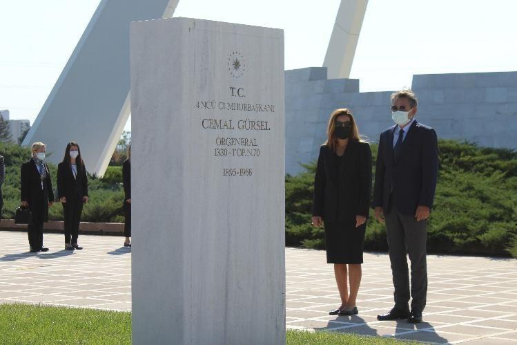 Cemal Gürsel ölüm yıldönümünde mezarı başına gelen birkaç kişi tarafından anıldı.