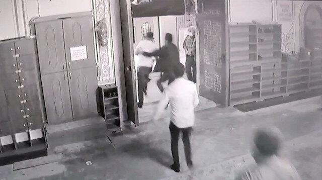 Sultangazi'de madde bağımlısı şahıs imama sopayla saldırdı