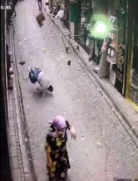 Dengesini kaybetti klimayla birlikte aşağı düştü: Yoldan geçen yaşlı kadın son anda kurtuldu