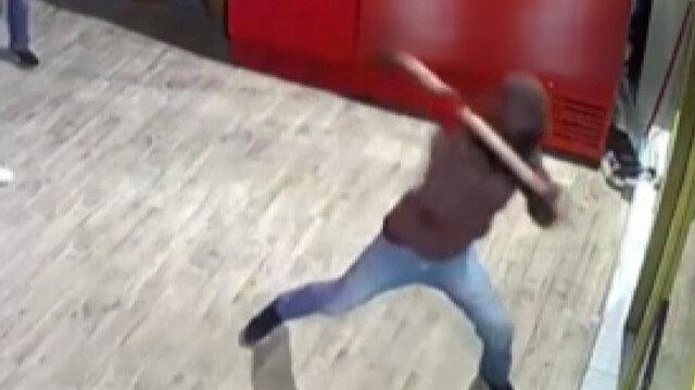 Başakşehir'de balyozlu sigara hırsızları güvenlik kamerasına yansıdı