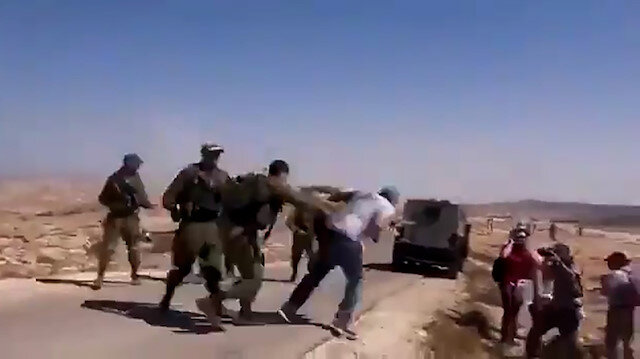 İşgalci İsrail askerlerinin saldırısına uğrayan muhabir yere kapaklandı