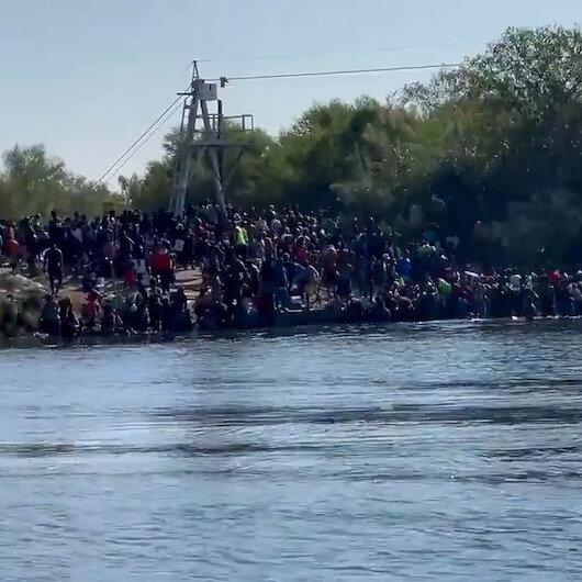 ABD sınırına dayanan binlerce göçmen nehri yürüyerek geçti
