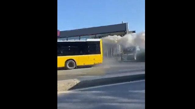 İETT'nin bir otobüsü daha arızalandı: Arkasından dumanlar tüterek ilerledi