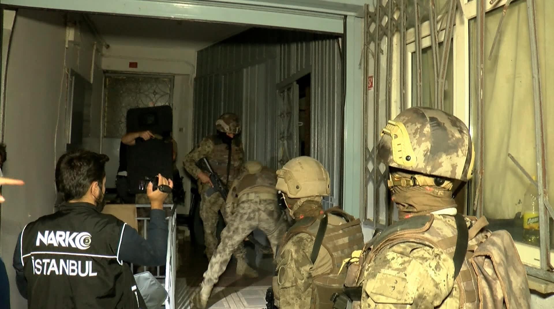 Beyoğlu'nda daha önceden belirlenen adreslere sabaha karşı operasyon düzenlendi.