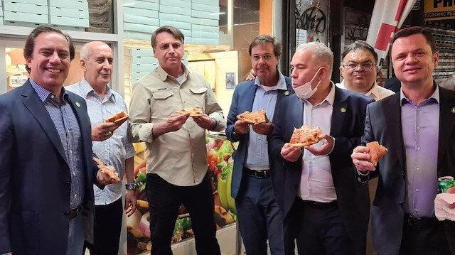 Aşı olmadığı için New York'ta restorana alınmayan Brezilya Devlet Başkanı Bolsonaro sokakta pizza yedi