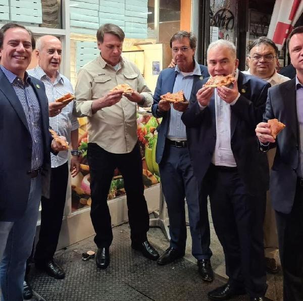 Bolsonaro, Kovid-19 aşısı olmadığı için pizza restoranına alınmamıştı.